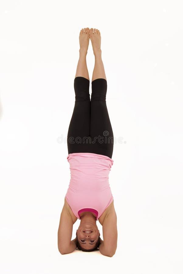 Modelo femenino en vertical de equilibrio de la actitud de la yoga del sirsasana imagenes de archivo