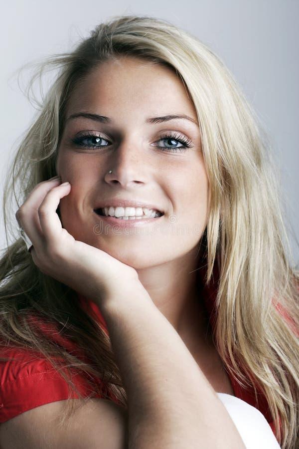 Modelo femenino encantador joven sonriente foto de archivo libre de regalías
