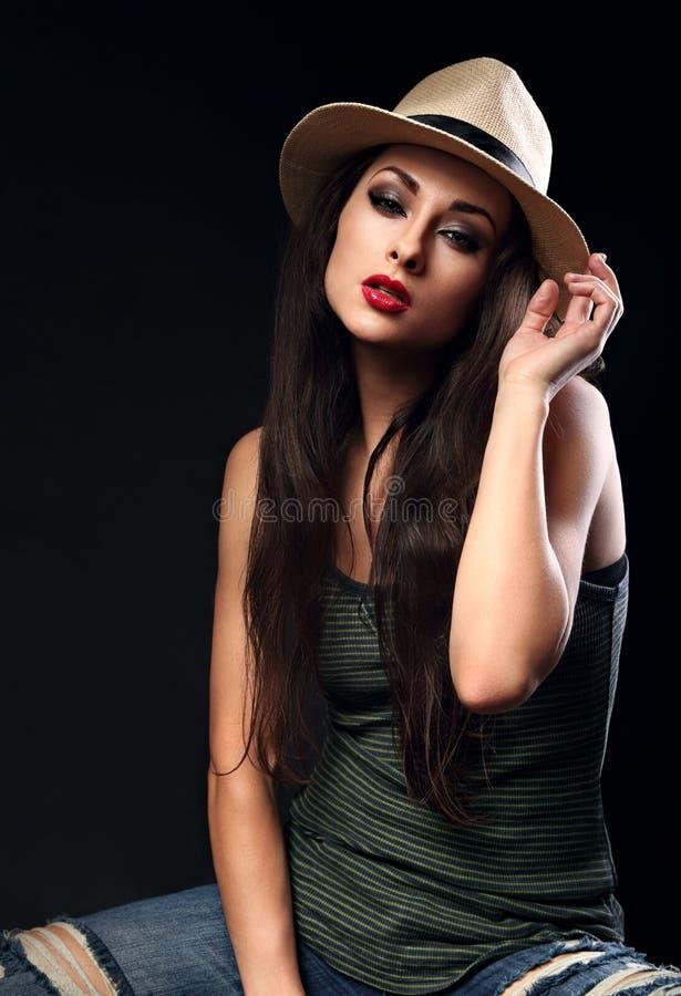 Modelo femenino fresco hermoso con el pelo largo que presenta en el vaquero summ fotografía de archivo libre de regalías