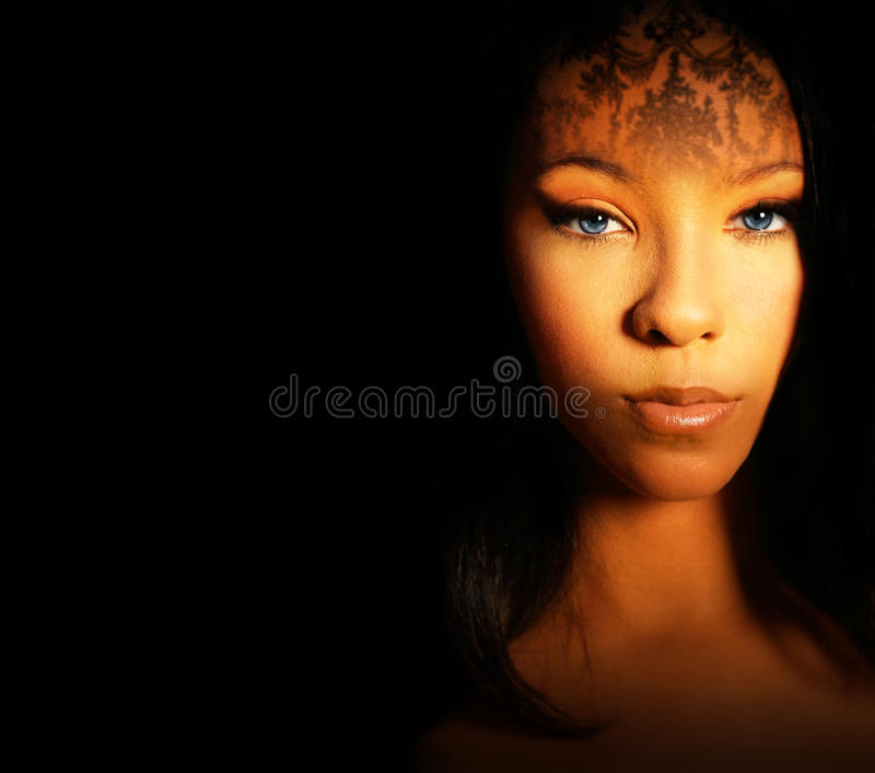 Modelo femenino hermoso foto de archivo libre de regalías
