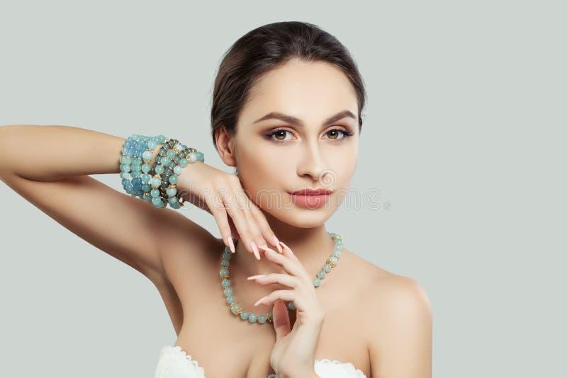Modelo femenino hermoso con maquillaje de la moda, collar fotos de archivo libres de regalías