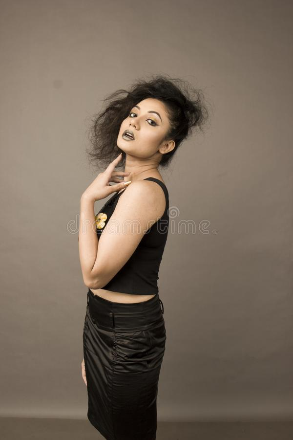 Modelo femenino hermoso en una falda negra foto de archivo