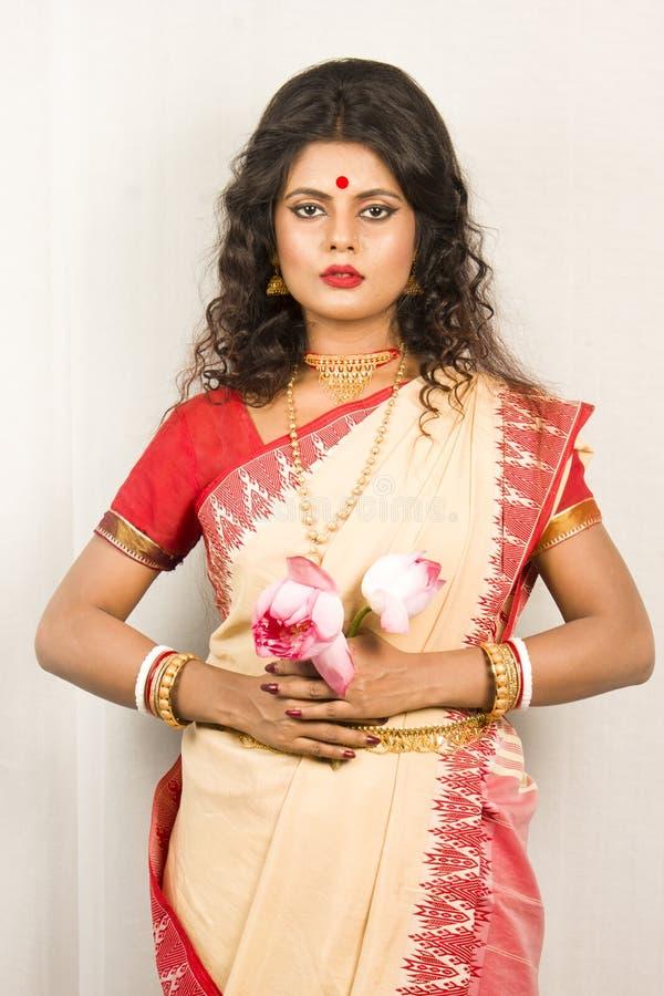 Modelo femenino indio hermoso en sari india foto de archivo libre de regalías
