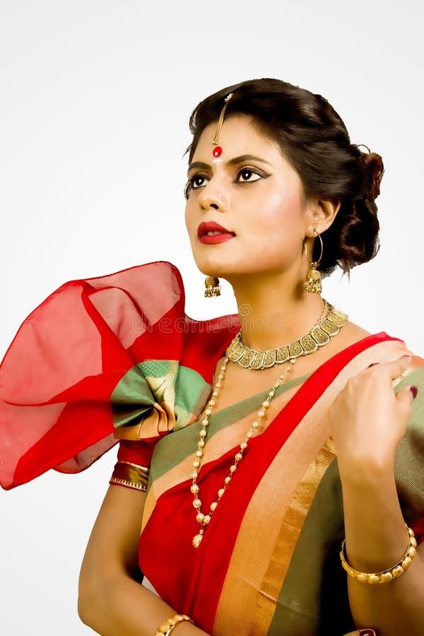 Modelo femenino indio hermoso en sari india imagen de archivo