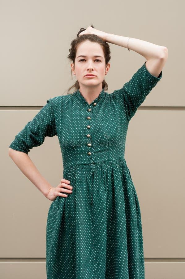 Modelo femenino joven que detiene su pelo natural imágenes de archivo libres de regalías