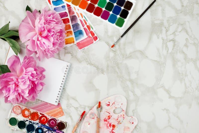 Modelo feminino do negócio com peônias cor-de-rosa, aquarelas foto de stock royalty free