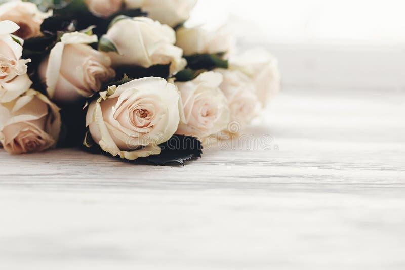 Modelo floral do cartão Rosas brancas no fundo de madeira, s fotos de stock