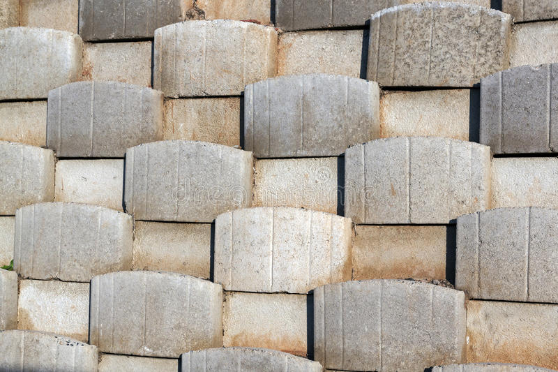 Modelo formado por los bloques del cemento de muro de contención imagenes de archivo
