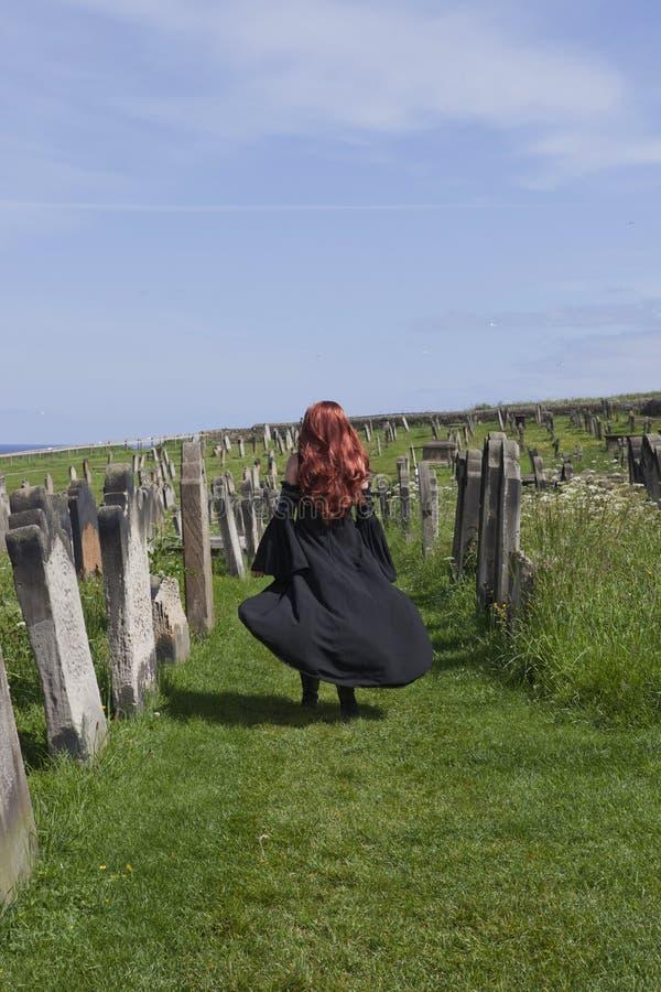 Modelo gótico com vestido preto fotos de stock
