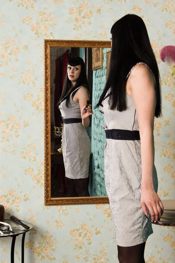 Modelo gótico dentro del gabinete de señora imagen de archivo libre de regalías