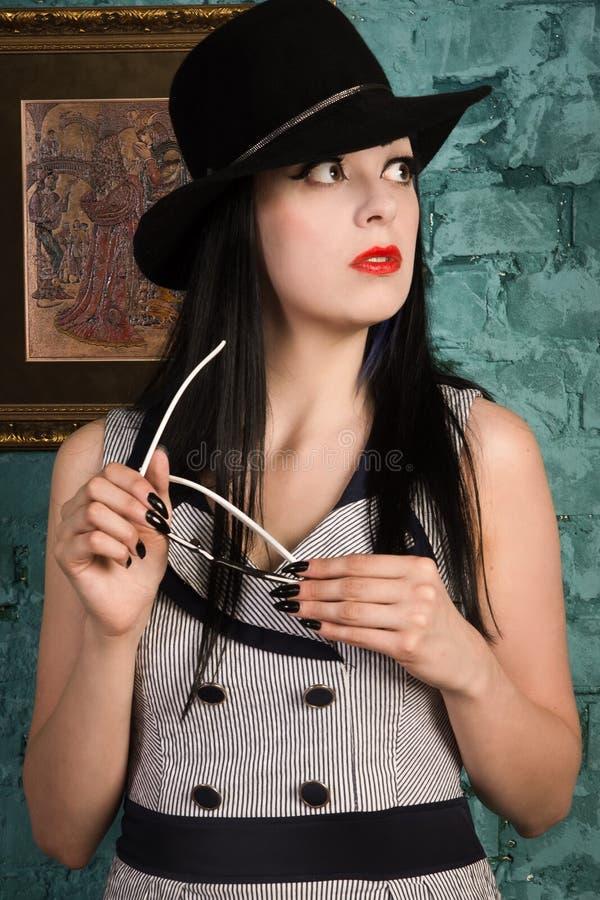 Modelo gótico dentro del gabinete de señora imagen de archivo