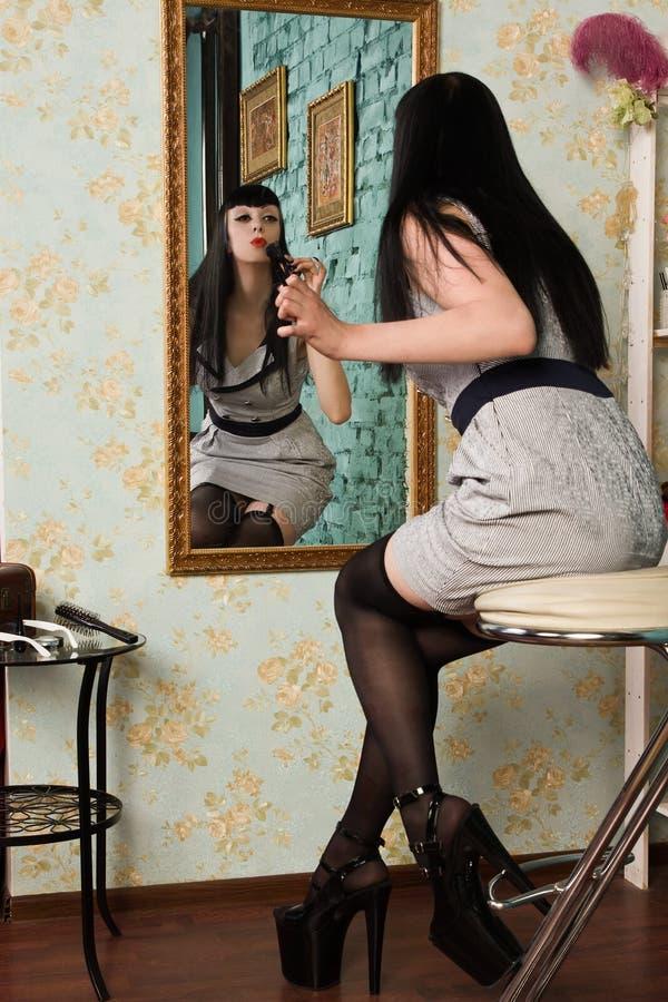 Modelo gótico dentro del gabinete de señora fotografía de archivo