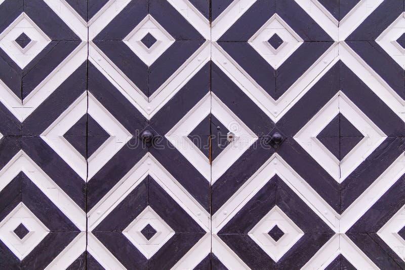 Modelo geométrico en la puerta, Rhombus blancos y negros imagenes de archivo