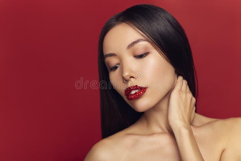 Modelo Girl da beleza da alta-costura com brilho nos bordos pretos dos bordos Batom vermelho da faísca e composição perfeita Retr fotografia de stock royalty free