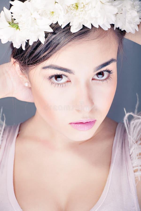 Modelo Girl de la belleza de la moda con el pelo de las flores fotografía de archivo libre de regalías
