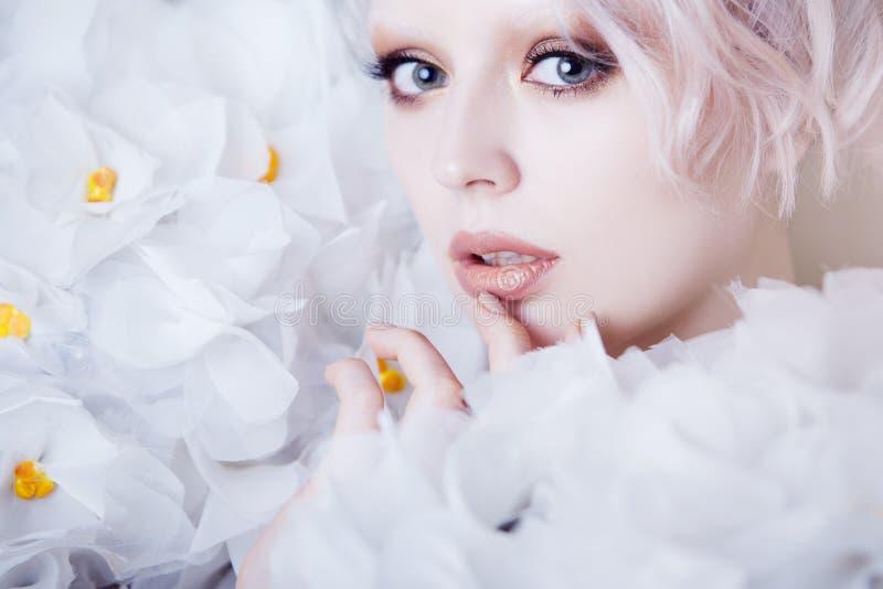 Modelo Girl de la belleza de la moda en las rosas blancas Novia Creativos perfectos componen y peinado fotografía de archivo