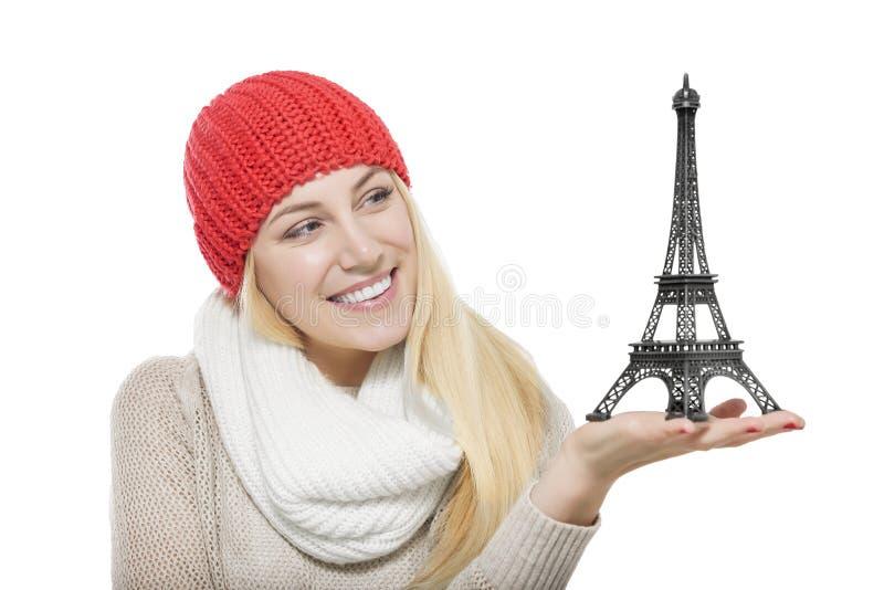 Modelo guardando louro bonito da torre Eiffel fotos de stock