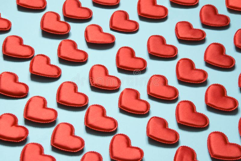 Modelo hecho de corazones rojos en azul Corazón en estilo isométrico Tarjeta del `s de la tarjeta del día de San Valentín fotos de archivo libres de regalías