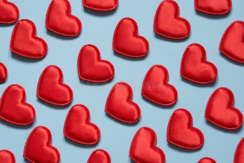 Modelo hecho de corazones rojos en azul Corazón en estilo isométrico Tarjeta del `s de la tarjeta del día de San Valentín Puede s foto de archivo libre de regalías