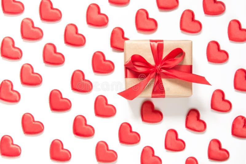 Modelo hecho de corazones rojos y de un regalo con el arco en el fondo blanco Corazón en estilo isométrico Tarjeta del `s de la t imagen de archivo libre de regalías