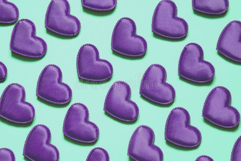 Modelo hecho de los corazones ultravioletas en azul Corazón en estilo isométrico Tarjeta del `s de la tarjeta del día de San Vale fotos de archivo libres de regalías