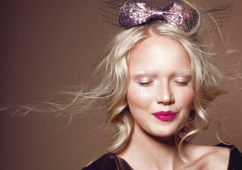 Modelo hermoso con el pelo rizado fotografía de archivo libre de regalías