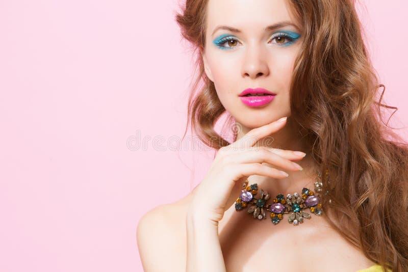 Modelo hermoso con el pelo rizado largo imágenes de archivo libres de regalías