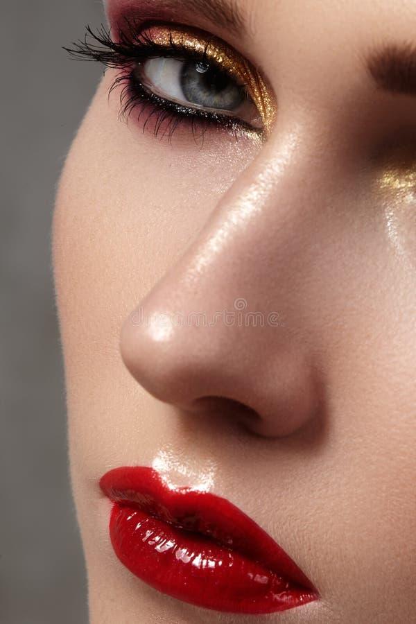 Modelo hermoso con maquillaje de la moda Mujer atractiva del retrato del primer con maquillaje del lustre del labio del encanto y fotos de archivo