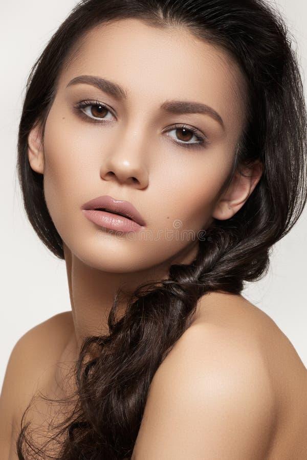 Modelo hermoso con maquillaje del peinado y de la manera foto de archivo libre de regalías