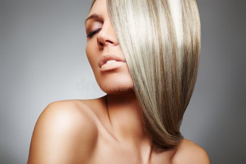 Modelo hermoso de la mujer con el pelo liso rubio largo imagenes de archivo