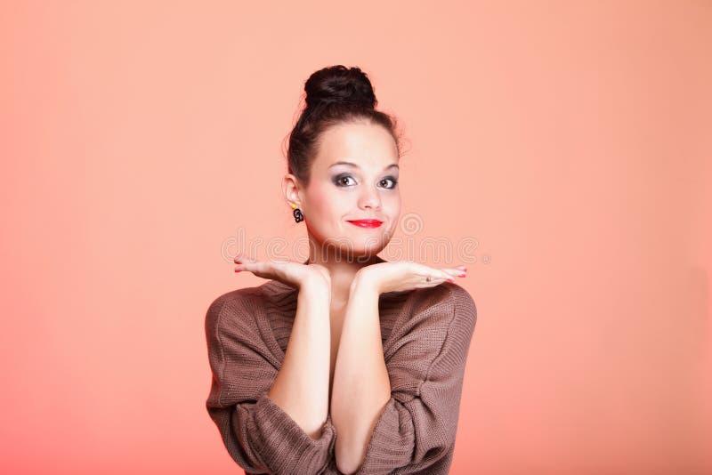 Modelo hermoso de la mujer con moño en su cabeza imagenes de archivo