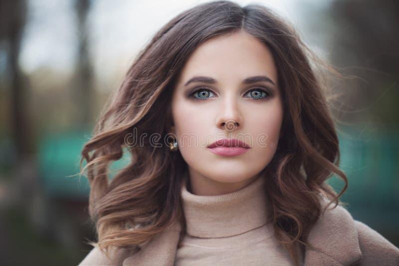 Modelo hermoso de la mujer con Windy Hair Outdoors fotografía de archivo libre de regalías