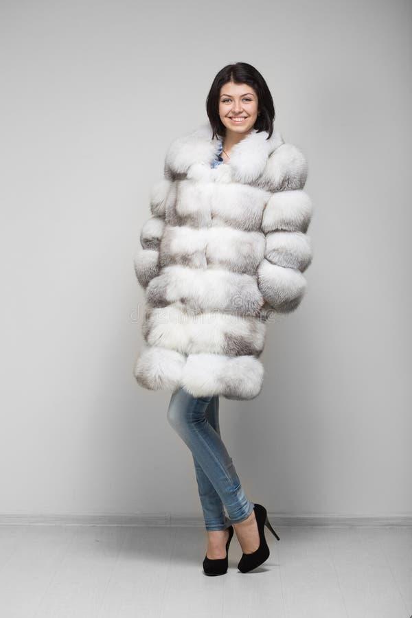Modelo hermoso de la mujer en abrigo de pieles fotografía de archivo libre de regalías