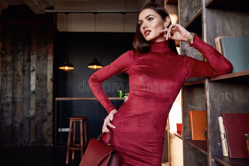 Modelo hermoso del cuerpo de la mujer del estilo de la moda de la forma del desgaste moreno perfecto del pelo fotografía de archivo libre de regalías