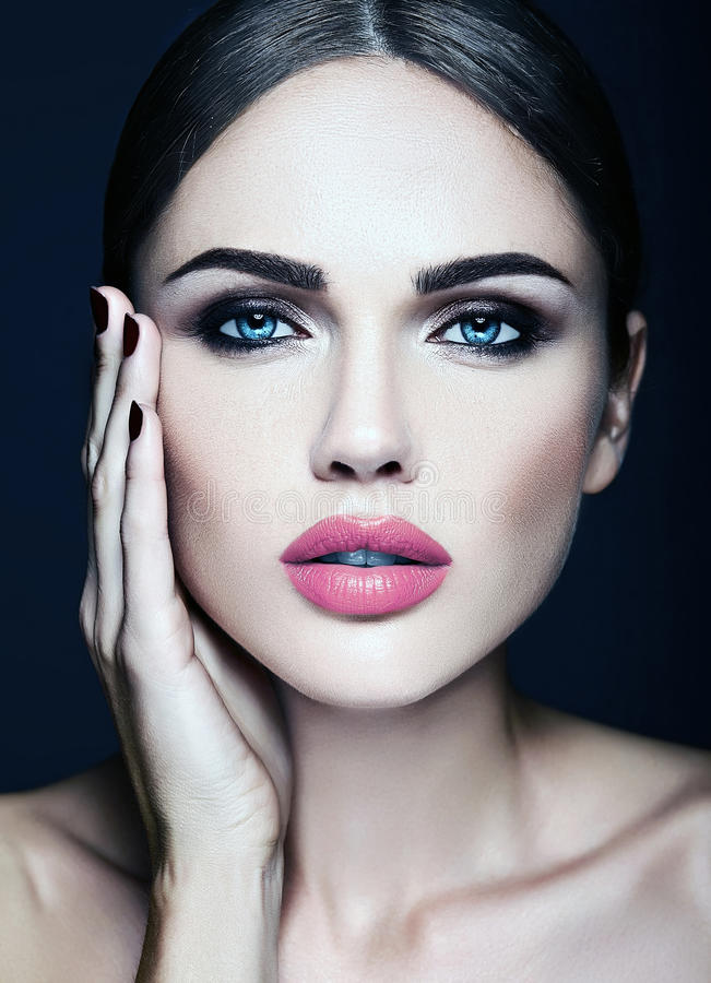 Modelo hermoso del encanto con maquillaje diario fresco con imagen de archivo