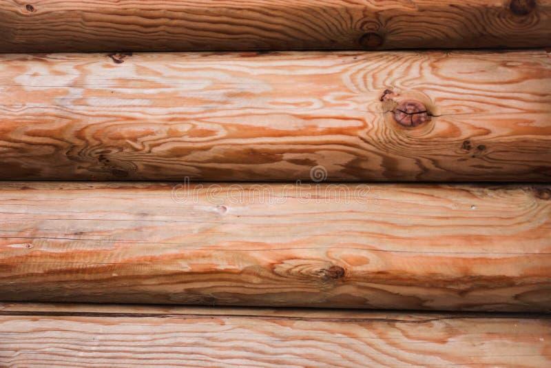 Modelo hermoso del fondo natural de una pared del registro Pared de madera de la cabaña de madera Fondo horizontal coloreado natu fotografía de archivo libre de regalías