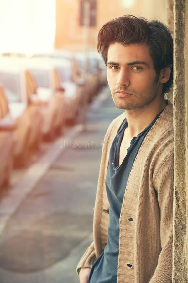 Modelo hermoso joven en la calle, escena urbana del hombre Hombres atractivos imagenes de archivo