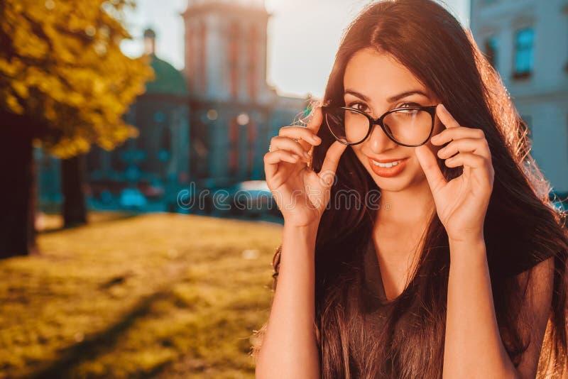 Modelo hermoso que lleva los vidrios clásicos al aire libre Sonrisa de Oriente Medio de la mujer Moda imagen de archivo