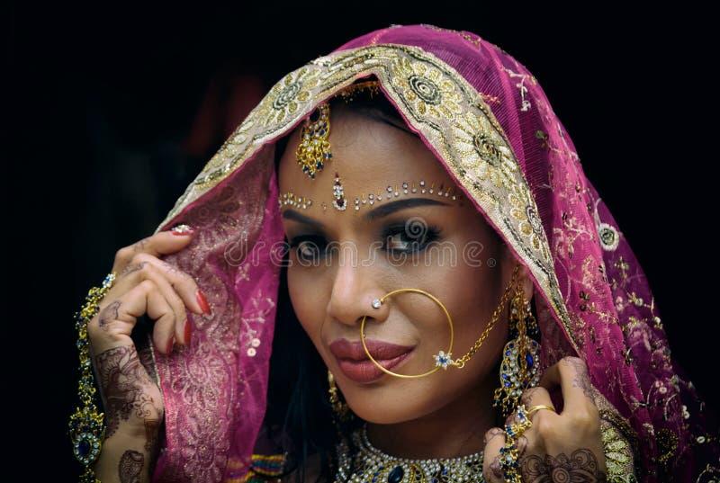 Modelo hindu novo da mulher da menina indiana com jewelr kundan fotografia de stock