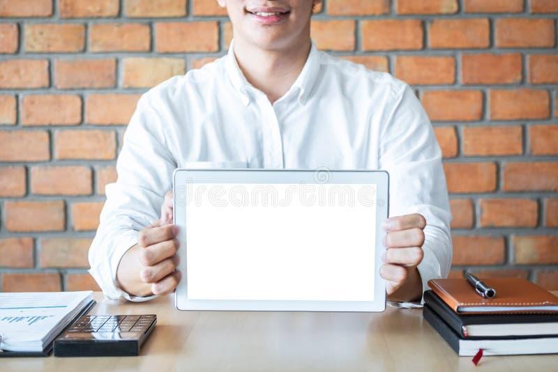 Modelo horizontal da tela da tabuleta, imagem do homem novo que guarda o espaço digital da cópia da exibição da tabuleta, ligando foto de stock royalty free