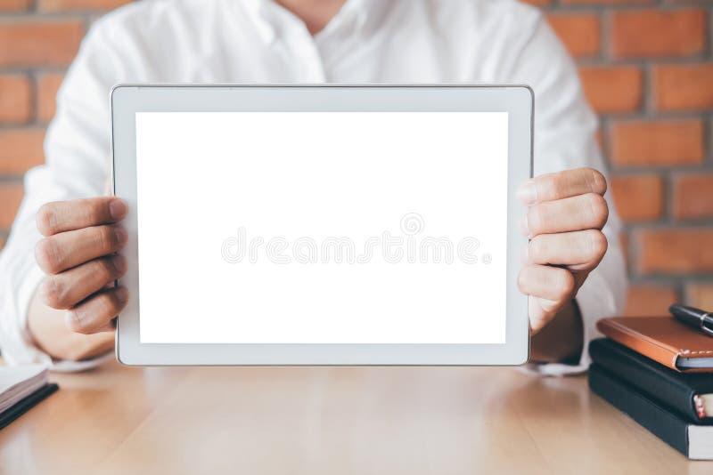 Modelo horizontal da tela da tabuleta, imagem do homem novo que guarda o espaço digital da cópia da exibição da tabuleta, ligando fotos de stock royalty free