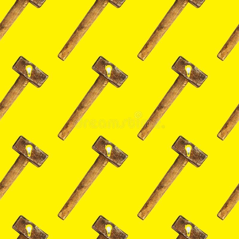 Modelo inconsútil brillante creativo de los bulbos de cristal y del martillo en fondo amarillo stock de ilustración