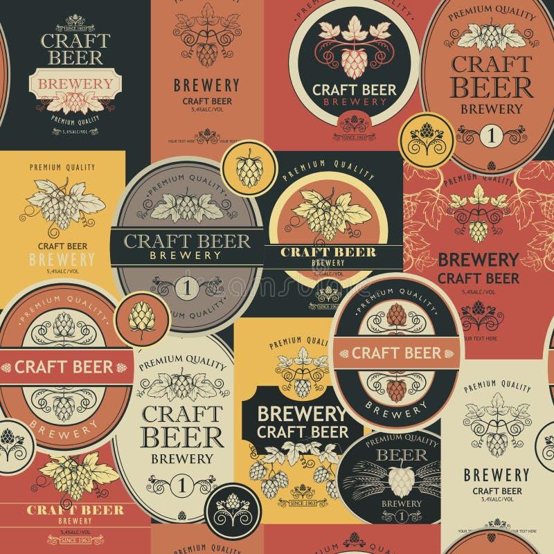 Modelo inconsútil con las etiquetas de la cerveza stock de ilustración