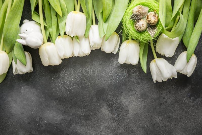 Modelo inconsútil del fondo de Pascua Frontera de los tulipanes blancos, huevos, jerarquía en gris del vintage Visión superior co fotografía de archivo