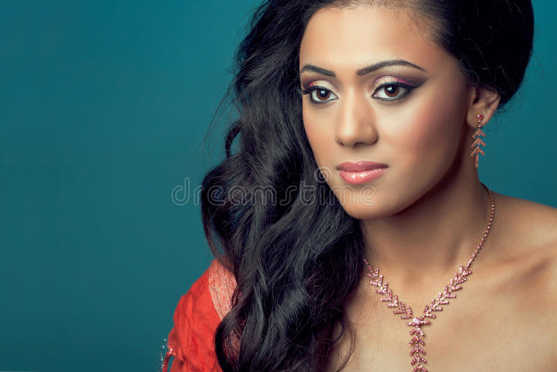 Modelo indio/asiático joven hermoso con el pelo largo foto de archivo