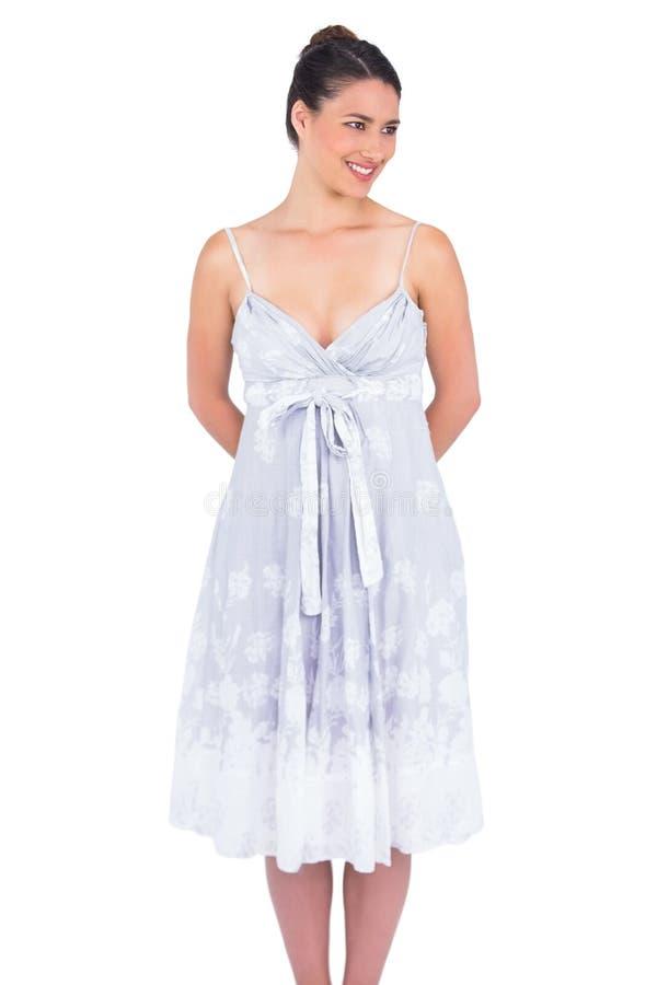 Modelo joven atractivo alegre en la presentación del vestido del verano imagenes de archivo