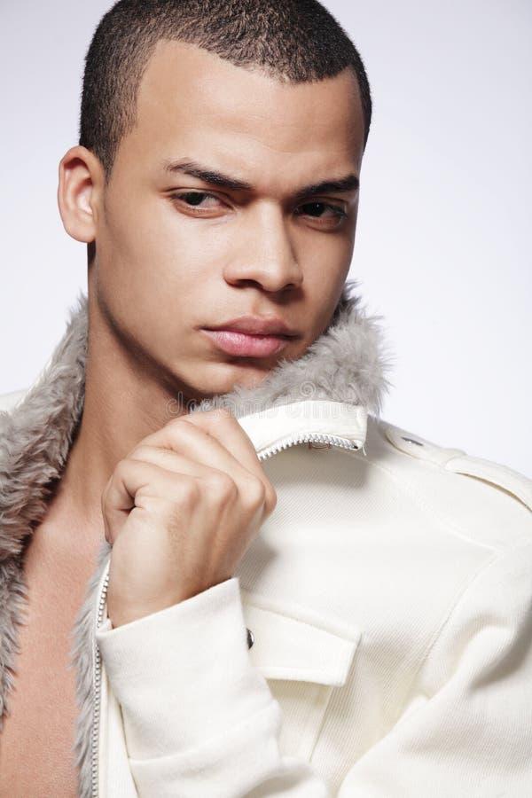 Modelo joven con estilo del varón de la manera. imagenes de archivo