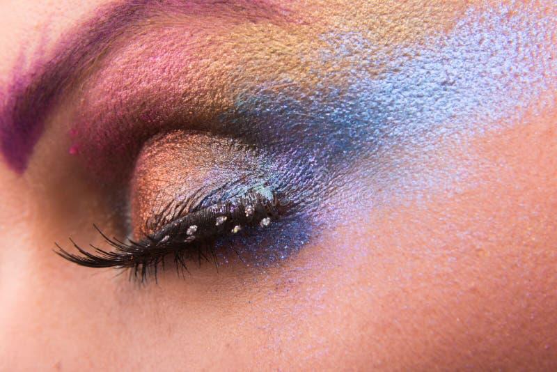 Modelo joven del maquillaje brillante hermoso del arte en fondo ligero fotografía de archivo