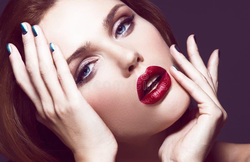 Modelo joven hermoso con maquillaje brillante imagen de archivo