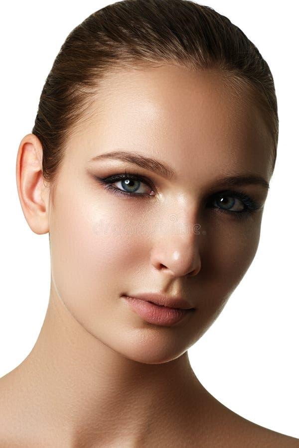 Modelo joven hermoso con maquillaje oscuro de la moda Piel de la pureza Sea imagen de archivo libre de regalías